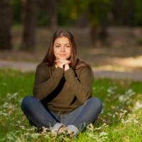Etudiante méditation dans un parc